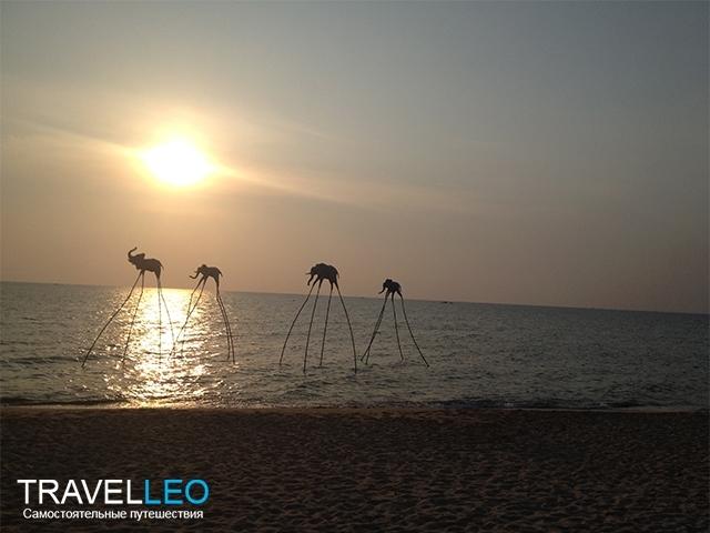 Исталляции в виде слоников на длинных ногах, установленных прямо в море